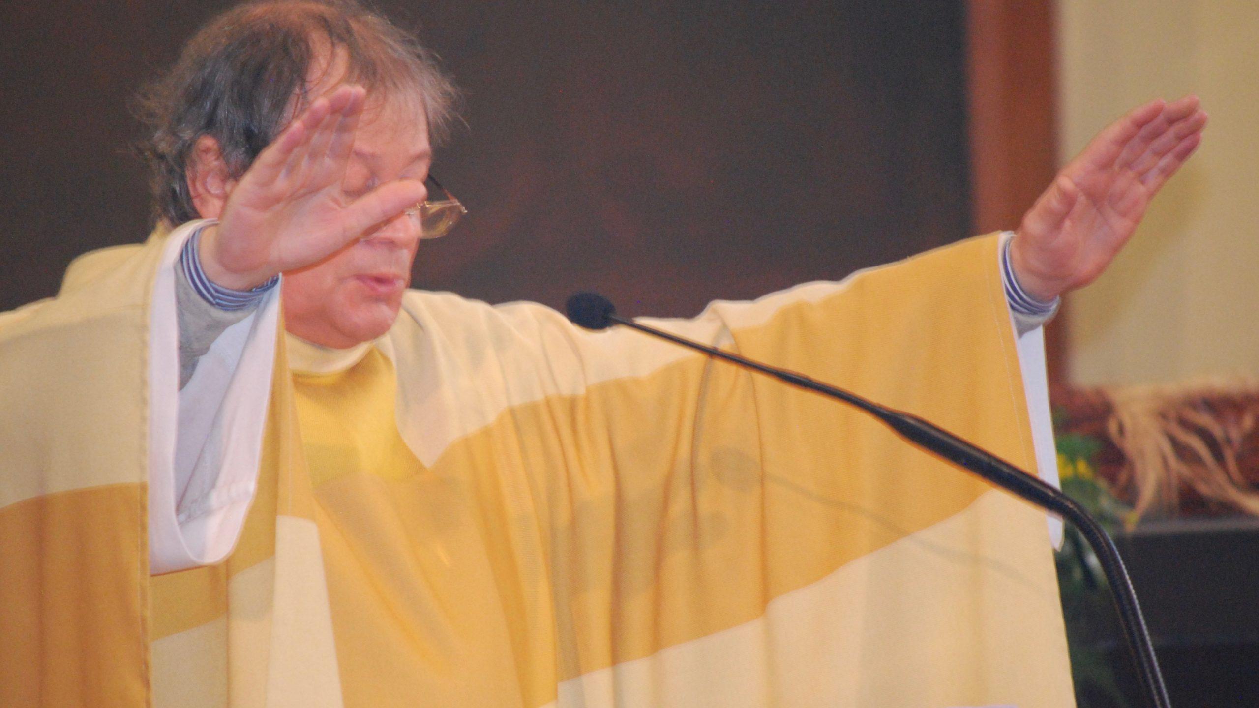 Pater Piet zegent